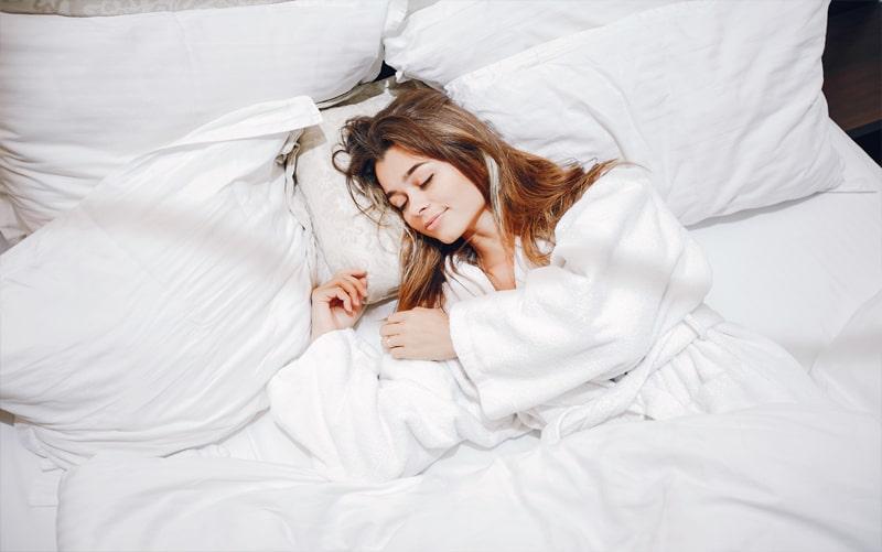 בחורה ישנה במיטה