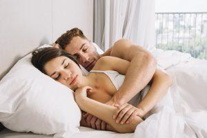 זוג ישן מחובק בכפיות
