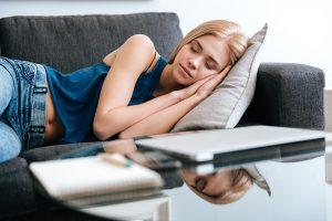 שנצ- בחורה ישנה על הספה