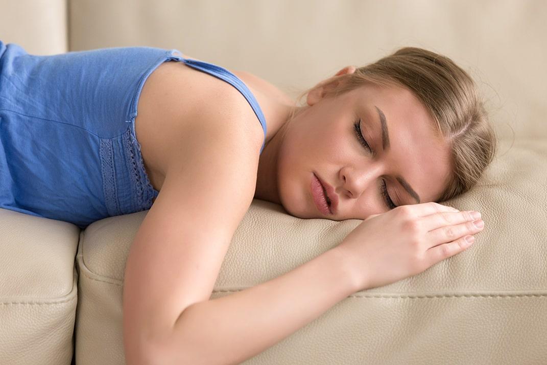 בחורה סובלת מנרקולפסיה
