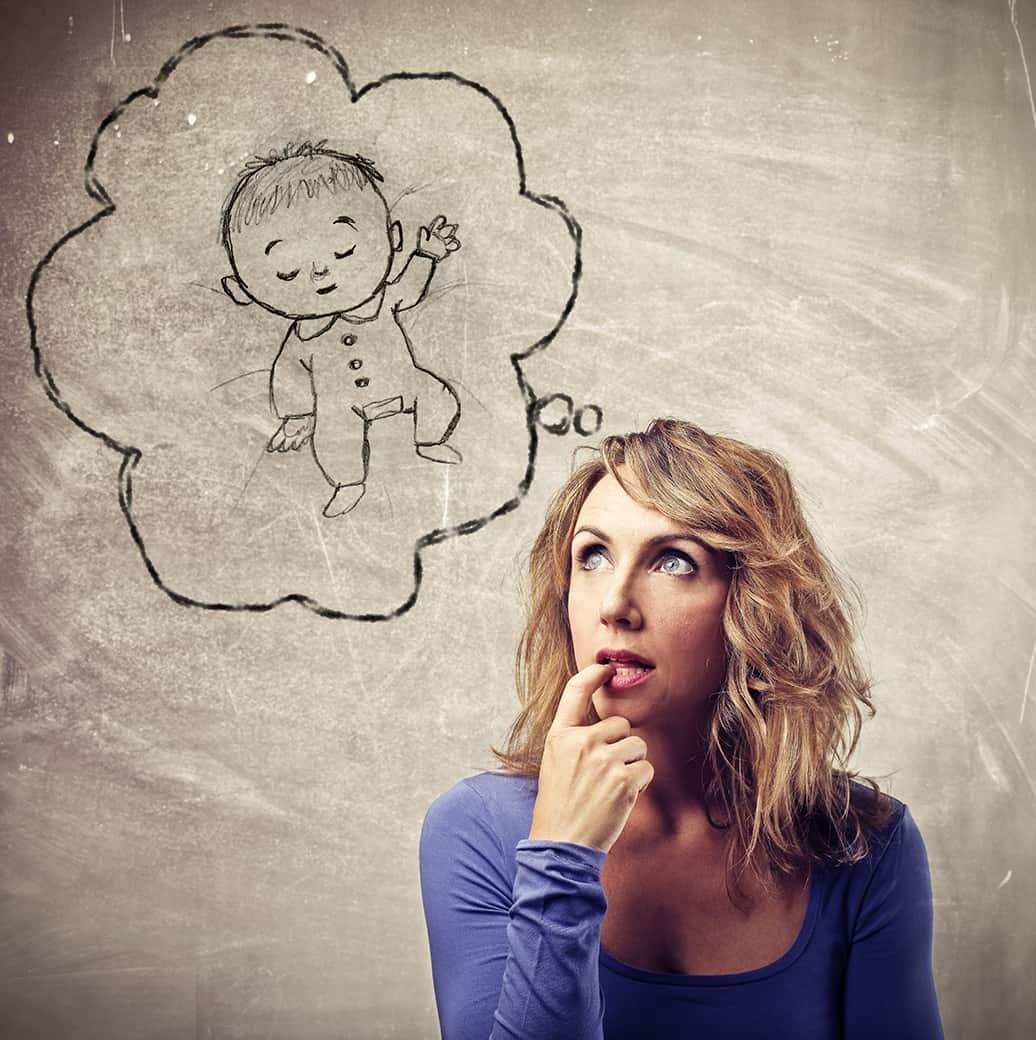 אישה חולמת על היריון