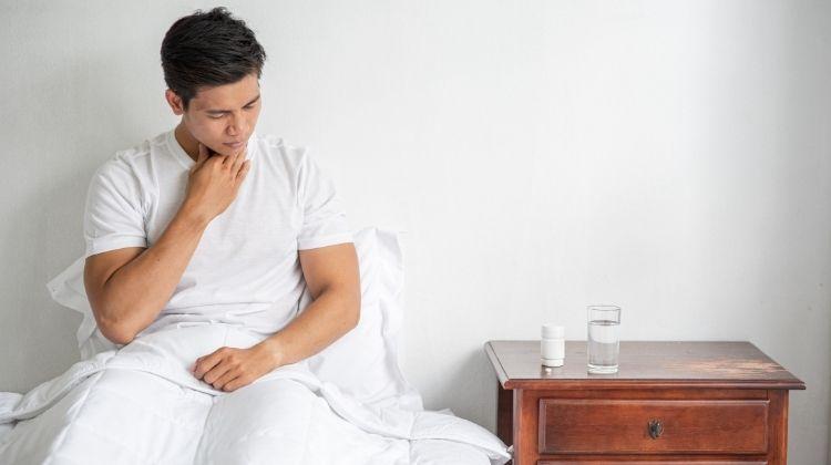 גבר סובל מדום נשימה בשינה